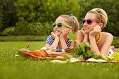 Gelukkige familie. een mooie moeder en dochter — Stockfoto