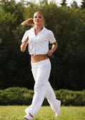 Corredor de la mujer. chica fitness al aire libre — Foto de Stock