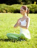 Joven y bella mujer haciendo ejercicios de yoga — Foto de Stock