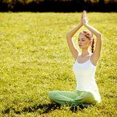 Joven y bella mujer haciendo yoga ejercicios de fondo .yoga — Foto de Stock