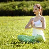 Jeune et belle femme faisant des exercices d'yoga .yoga fond — Photo