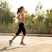Atlético corredor entrenando en un parque para el maratón. chica fitness — Foto de Stock