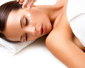 Close-up of a Young Woman Getting Spa Treatment. Cosmetic Cream — Stock Photo