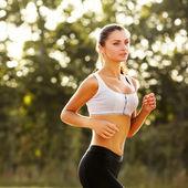Athlète athlétique formation dans un parc pour marathon. — Photo