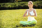 Jovem e bela mulher fazendo yoga exercícios .yoga fundo — Foto Stock