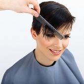 Fryzjer robi fryzurę — Zdjęcie stockowe