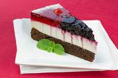 Um pedaço de bolo de frutas da floresta — Foto Stock