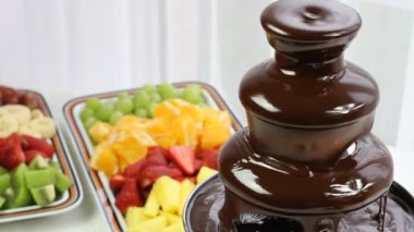 Flowing chocolate in a chocolate fountain — Stock Video
