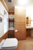 Modern brown and white bathroom — Stok fotoğraf