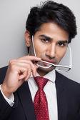 Jistý podnikatel brát brýle — Stock fotografie