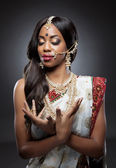 Young Indian woman in traditional clothing with bridal makeup and jewelry — Foto Stock