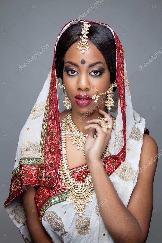 Traditional Indonesian Wedding Makeup : Jovem indiana na roupa tradicional com joias e maquiagem ...