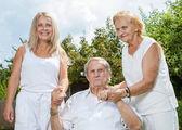 Pareja de ancianos y su hija — Foto de Stock