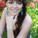 Mädchen in einem blühenden park — Stockfoto #25288217