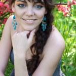 開花の公園で少女 — ストック写真