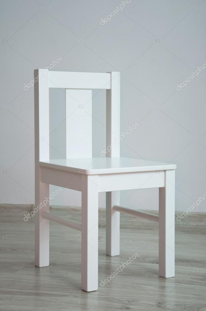 Bianco sedia in una stanza vuota — Foto Stock © mariematata #29984477