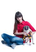 Brunetka dziewczynka z mops pies w sweter — Zdjęcie stockowe