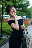 ładny biznes kobieta rozmawia przez telefon — Zdjęcie stockowe