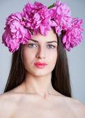 Chica con guirnalda de peonía — Foto de Stock