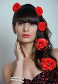 Mujer de rosas en el pelo — Foto de Stock