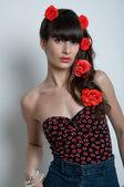 Hermosa mujer con flores en su peinado — Foto de Stock