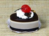 Мыло натуральное ручной работы шоколадный торт с вишней — Стоковое фото