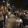 Постер, плакат: Tourists watch artworker in La Rambla street