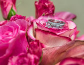 Schutte wedding - wedding rings in bouquet — Stock Photo