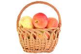 Manzanas en la cesta de mimbre — Foto de Stock