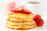 Homemade cheese pancakes and strawberries — Stock Photo