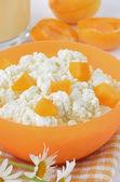 Fresh curd cheese with apricot slices  — Stock Photo