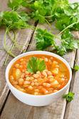 Soupe aux haricots secs dans un bol blanc — Photo