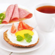 Sandwich with fried egg, tomato slices and tea — Stock Photo #47889507