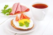 Sandwich with fried egg, tomato slices and tea  — Stok fotoğraf