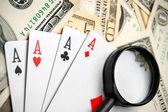 Cartões e uma lupa em dinheiro (dólares). — Fotografia Stock
