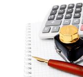 μελάνι, η αριθμομηχανή και στυλό πάνω σε ένα σημειωματάριο. — Φωτογραφία Αρχείου