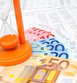 Sand-glas und banknoten auf dokumente. — Stockfoto