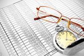 Relógio e óculos em documentos. — Fotografia Stock