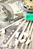часов, таблетки и шприц на доллары. — Стоковое фото
