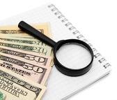 Lupa e dólares em um notebook. — Fotografia Stock