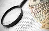 Lenti di ingrandimento e dollari su documenti. — Foto Stock