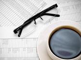 Occhiali e una tazza di caffè su documenti. — Foto Stock