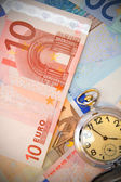Reloj para los billetes en euros. — Foto de Stock
