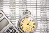 Calculadora y reloj en documentos. — Foto de Stock