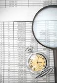 Relógio e uma lupa em documentos. — Foto Stock