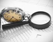 Relógio e lupa em documentos. — Foto Stock