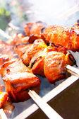 Espetinho de carne suculenta na brasa. — Fotografia Stock