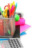 De rekenmachine, schrijven-boeken en school accessoires op een witte achtergrond. — Stockfoto