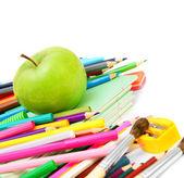 Regreso a la escuela. una escuela y apple accesorios sobre un fondo blanco. — Foto de Stock