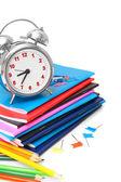 Escuela... el despertador y materias escolares sobre un fondo blanco. — Foto de Stock
